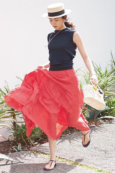 赤マキシスカート×黒ノースリーブカットソー