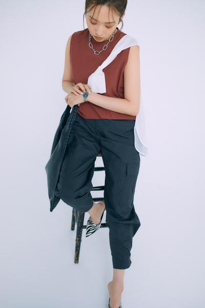 黒パンツ×ブリックレッドトップス×白ニットシャツ