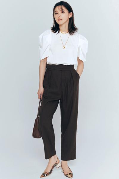 黒パンツ×白トップス