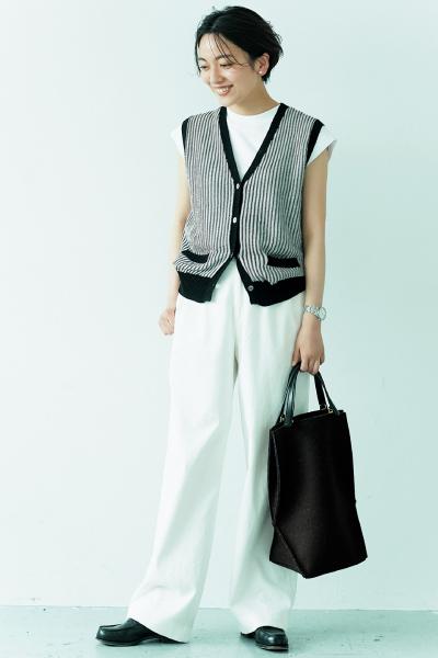 白Tシャツ×ベスト×白パンツ