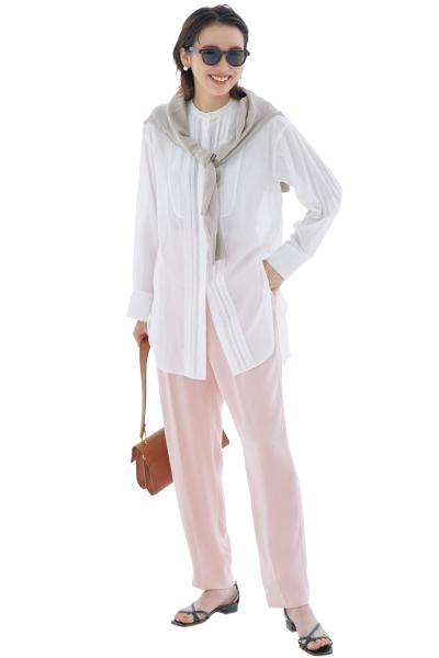カーサフラインの白シャツ×ベビーピンクパンツ