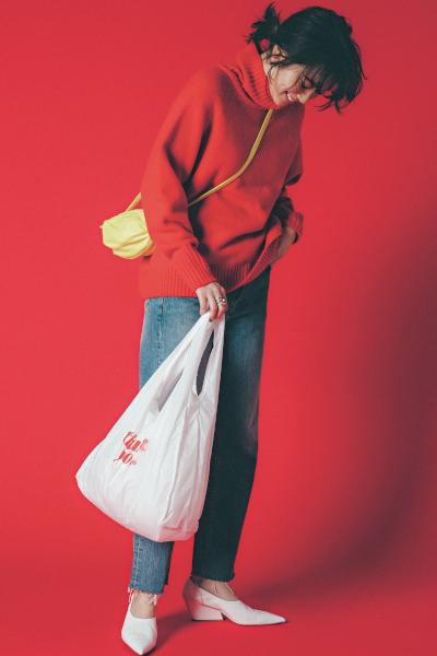 鮮やかな赤ニットでデニムスタイルをブラッシュアップ!