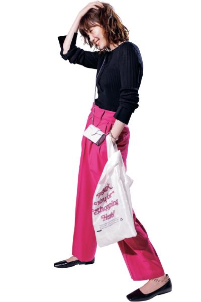 ピンクワイドパンツ×チェーンストラップ付フラット靴