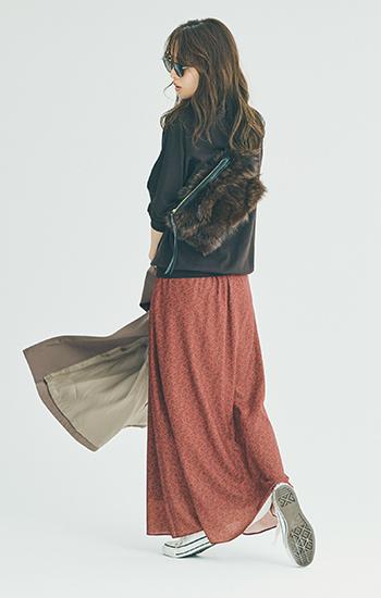 【10/14のコーデ】動きやすいカジュアルコーデに、柄マキシ丈スカートで華やぎをプラス!