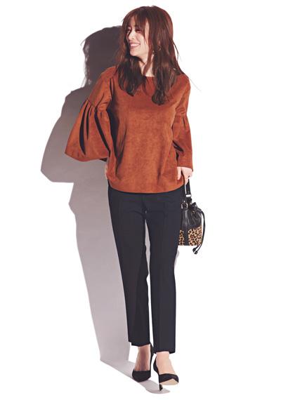 【12/11のコーデ】立ち姿の美しさが際立つフレア袖ブラウス×ペンシルパンツ