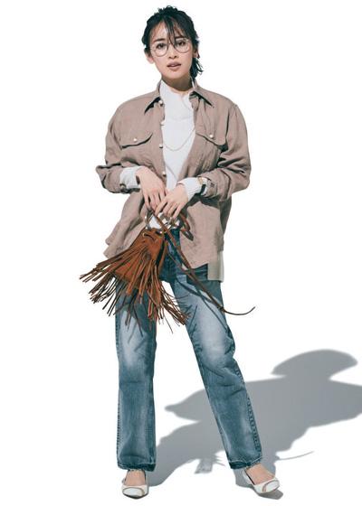 【2/22のコーデ】オーバーサイズのリネンシャツをアウター風に。ニットに羽織ってこなれカジュアル