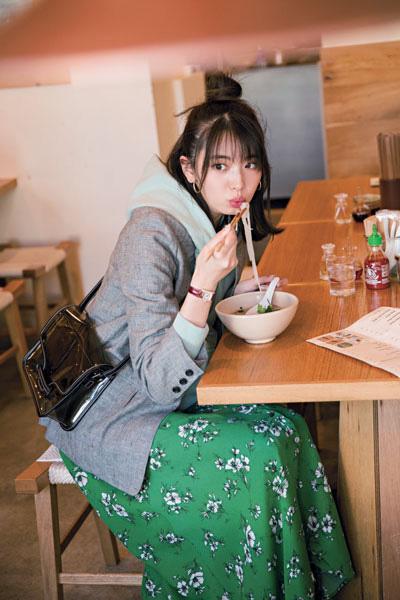 【3/4のコーデ】ミントカラーフーディにグリーンのスカートで新鮮グラデ配色!