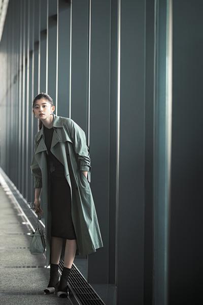 【3/28のコーデ】ニュアンスグリーンとキレのある黒の配色で、シンプル服にモードをひとさじ!