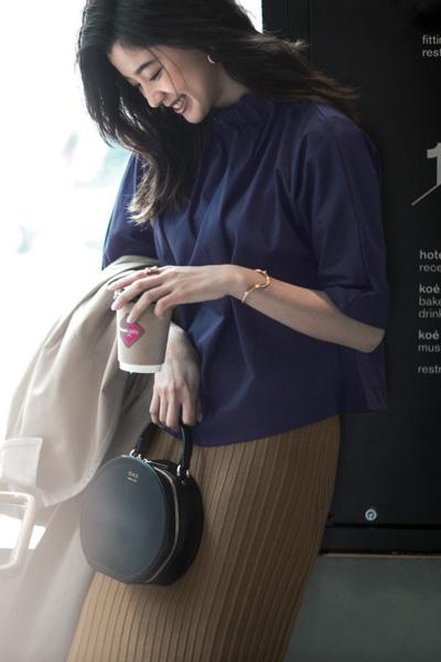【3/31のコーデ】首周りの詰まったストイックなデザインブラウスで、凛とした雰囲気に!