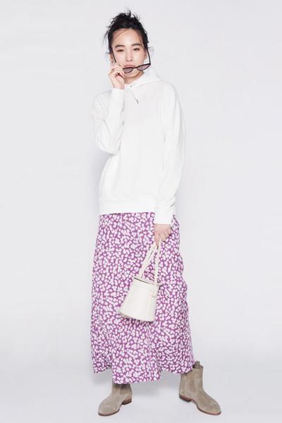 ユニクロのメンズ白パーカーを小花柄スカートで華やかに!【4/6のコーデ】