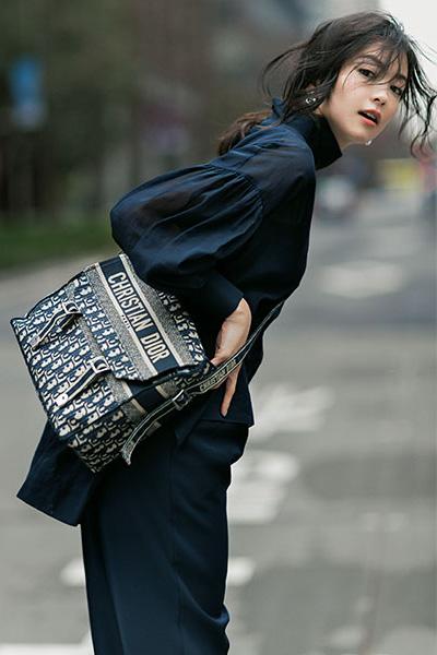 【4/25のコーデ】シックなブラウスコーデで際立たせる、メゾンのバッグの美しさ