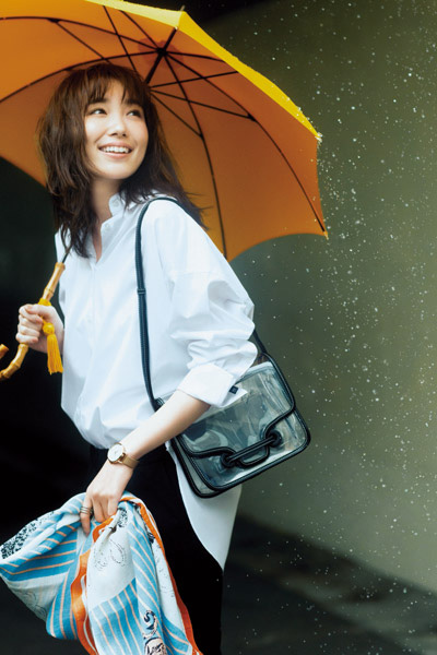 【6/1のコーデ】爽やか白シャツと元気カラーの小物で雨を乗り切る♪