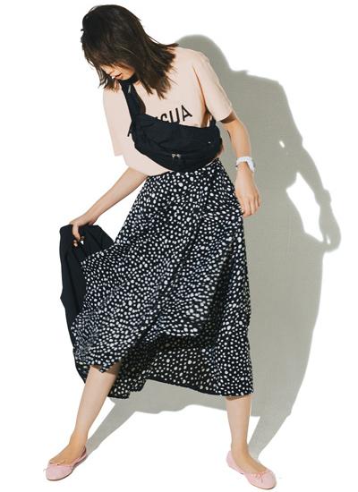 【7/8のコーデ】カジュアルトップスに華やかスカートで女らしさをプラス!