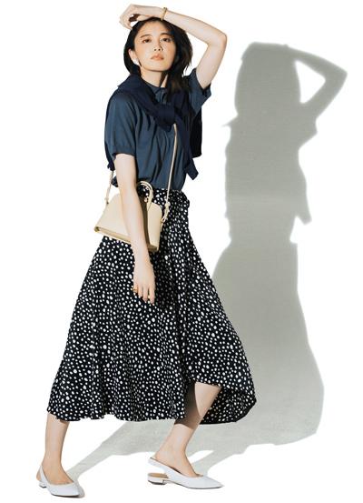 【7/9のコーデ】コージーなニットポロをスカートで華やげて、日帰り旅へ!