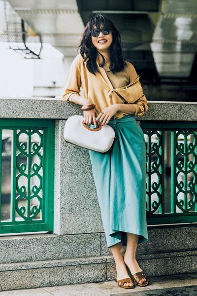 【7/10のコーデ】きれい色タイトスカートには、ベージュを合わせてリラックス感を演出!