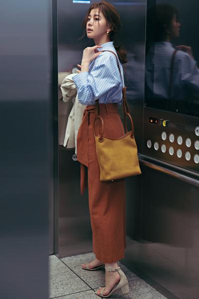 【4/24のコーデ】ブルーシャツにブラウンカラーを合わせてマンネリ回避!