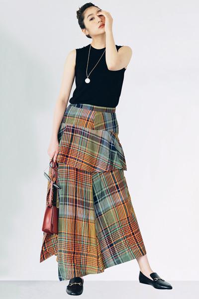 【8/4のコーデ】鮮やかスカートをローファーでシックにまとめて