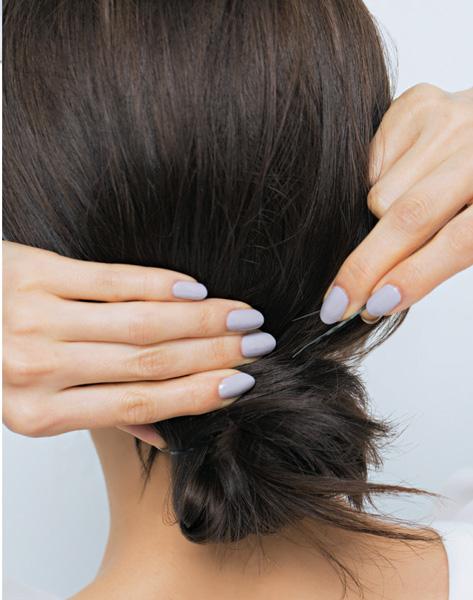 ざっくりした毛流れなのに品よく見えるルーズシニヨン