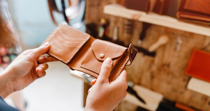 af8ff6322c5b あなたの今使っているお財布は、どうですか? (c)Shutterstock.com