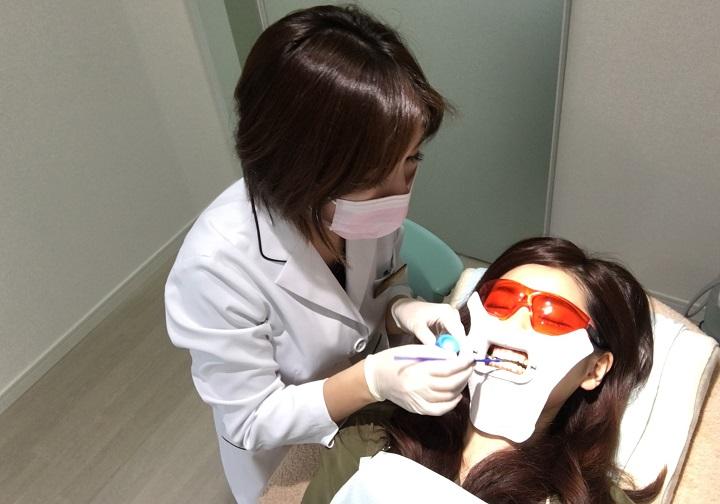 歯全体に薬を塗っていきます