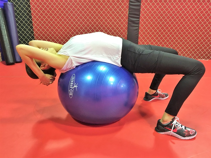 バランスボールで腹筋エクササイズ「バランスボールクランチ」