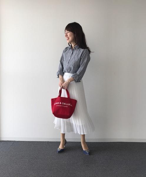 ネイビーギンガムチェックシャツ×白フレアスカート