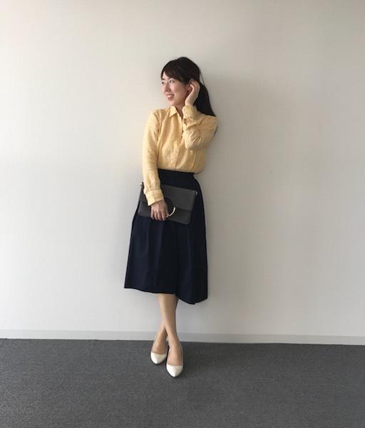 イエローギンガムチェックシャツ×ネイビーフレアスカート