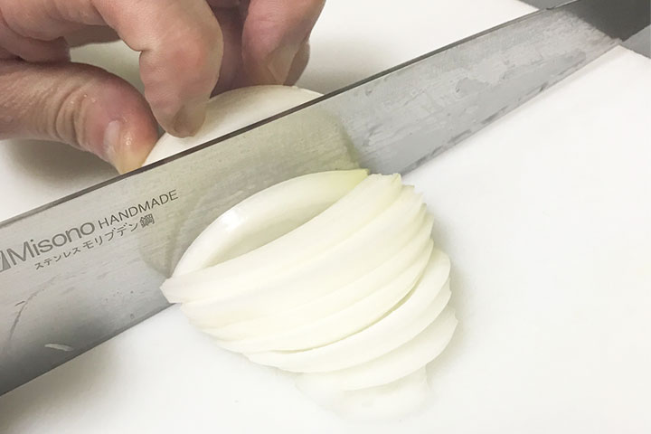 玉ねぎを細めの串切りに