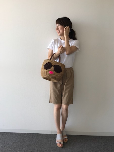 ベージュショートパンツ×白Tシャツ