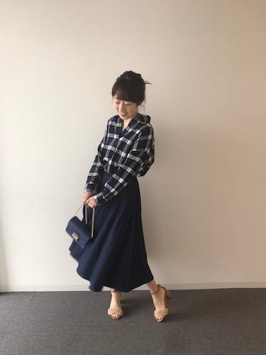 【1】チェックスキッパーシャツ×ネイビースカート