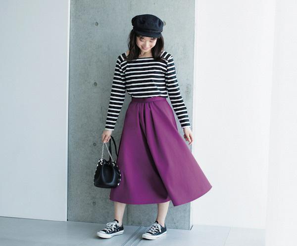 【4】紫フレアスカート×ボーダーカットソー×スニーカー