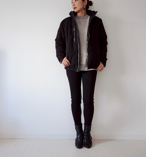 黒ブルゾン×黒パンツ